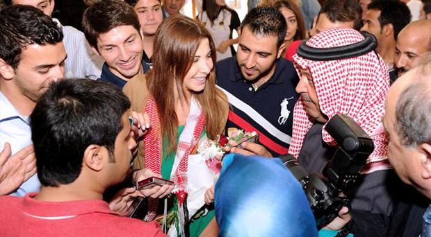 نانسي عجرم أقفلت مطار الأردن وجماهيرها في مظاهرات تملأ المدرجات والطرقات
