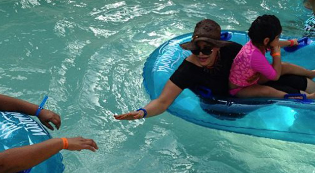 بالصورة: أحلام في Water Land أبو ظبي في إجازة مع عائلتها