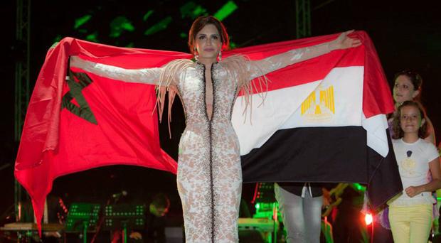 أمال ماهر رفعت العلمين المصري والمغربي على مسرح تطوان ورفضت الإجابة على أسئلة الصحافة السياسية