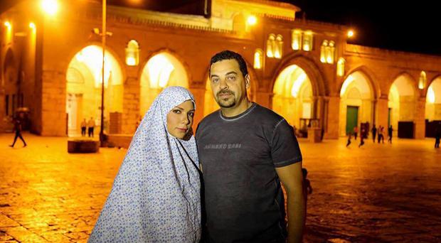 بالصور: أصالة إرتدت الحجاب وفي مسجد قبة الصخرة في فلسطين مع زوجها