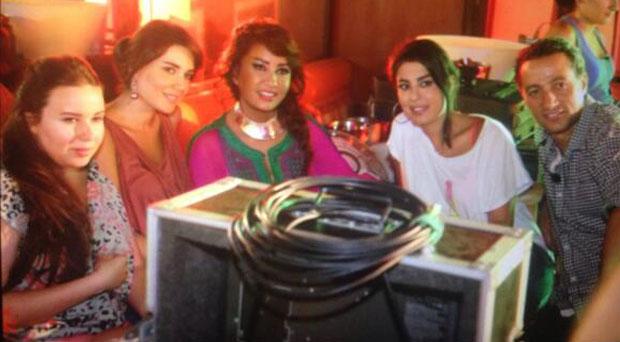 بالصور: سيرين عبد النور في موقع تصوير فيديو كليب لطيفة التونسية وتفاجئ الجميع