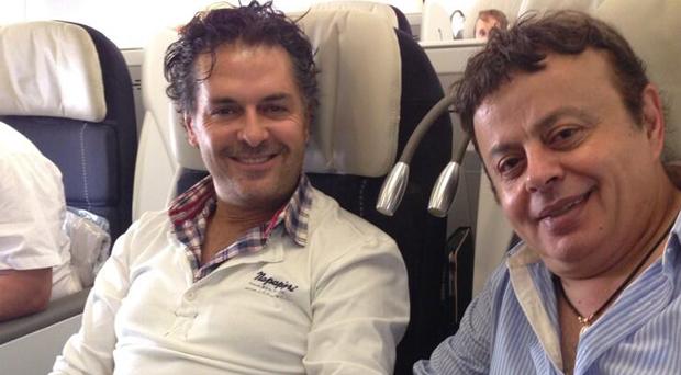 بالصورة: راغب علامة في الطائرة إلى الولايات المتحدة الأمريكية وإيلي أيوب برفقته