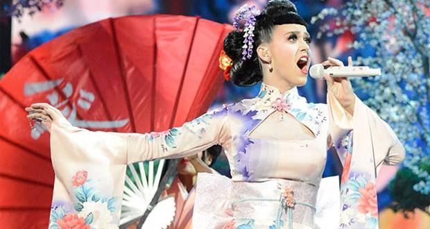 بالصور: كاتي بيري عاملة يابانية في حفل الـ American Music Awards
