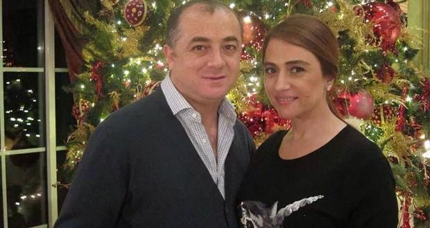 بالصورة: جوليا بطرس مع زوجها أمام شجرة الميلاد