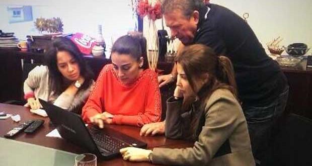بالصورة: نانسي عجرم في مكتبها تتابع العمل على الألبوم الجديد وتختار قائمة الأغنيات