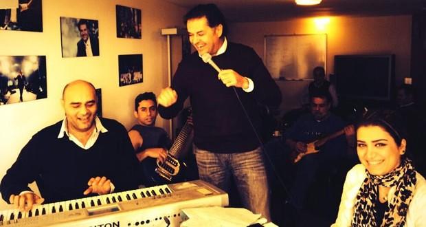 راغب علامة في كواليس التدريبات مع فرقته الموسيقية، وإبنه خالد من الأوئل في المدرسة