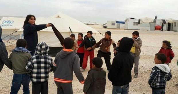 بالصورة: سيرين عبد النور تلعب مع الأطفال في مخيم الزعتري