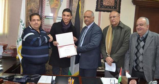 بالصور: محمد عساف زار الجامعة التي درس فيها ومُنح شهادة تقديرية