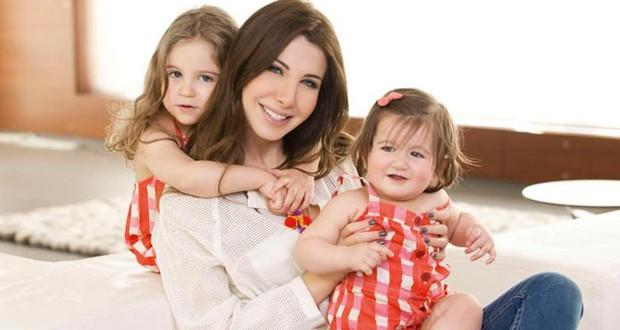 بالصورة: نانسي عجرم مولعة بإبنتيها ميلا وإيلا وتستقبل أصدقائهما في منزلها