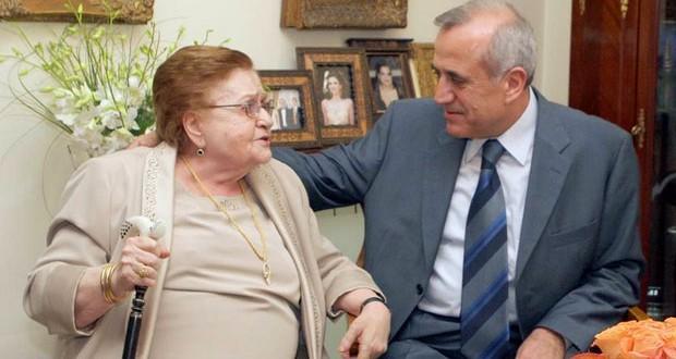 هكذا عايد رئيس الجمهورية اللبنانية ميشال سليمان والدته في عيد الأم