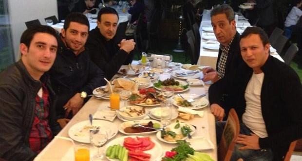 بالصورة: صابر الرباعي يبارك لـ ستّار وكاظم ومع سيمور على العشاء