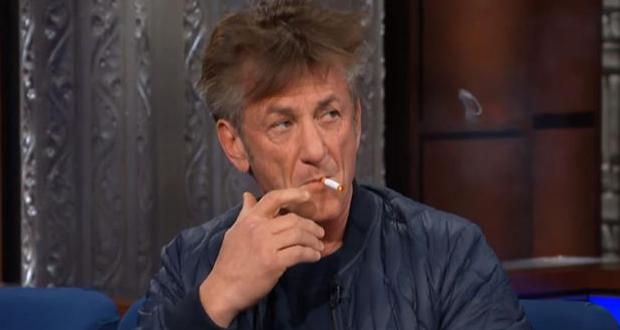 شون بين يفاجئ مقدم The Late Show ويشعل سيجارة مباشرةً على الهواء