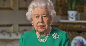 لماذا ترتدي الملكة إليزابيث اللون الأخضر في أهم مناسباتها؟.. علماء النفس يجيبون