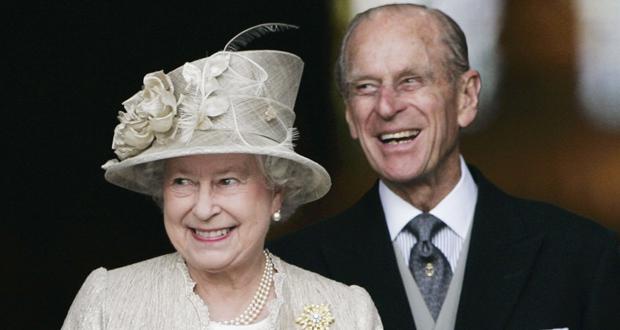 الملكة إليزابيث تتلقى زهرة باسم زوجها الراحل