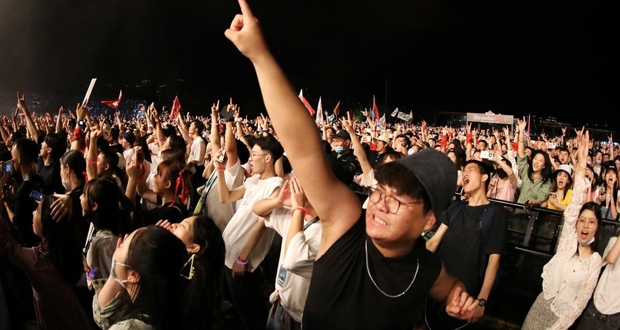بدون كمامات.. آلاف يحضرون مهرجانا موسيقيا في ووهان