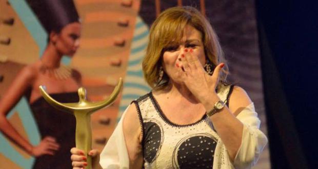 بعد الانتقادات.. إلهام شاهين تردّ على تقبيل الفنانين في مهرجان أسوان