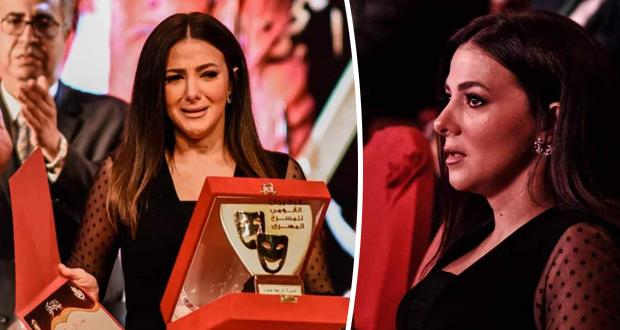 فيديو – دنيا سمير غانم تنهار باكية خلال تسلم تكريم والديها