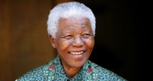 """""""كانت تجلب السعادة للزعيم العظيم"""".. قمصان مانديلا الشهيرة للبيع في مزاد"""